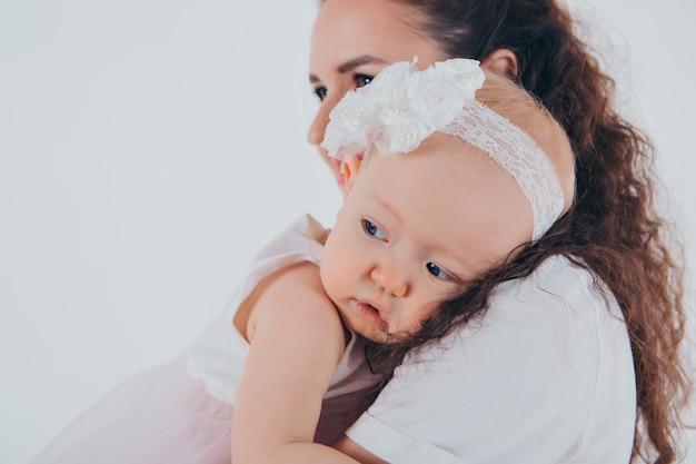 O conceito de um estilo de vida saudável, a proteção das crianças, as compras - bebê nos braços da mãe. mulher segurando uma criança