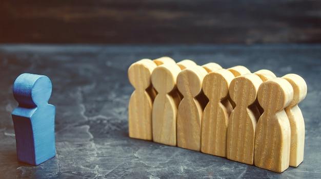 O conceito de um líder de negócios. o chefe em pé na frente da equipe e dá instruções