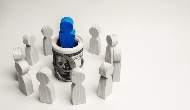 O conceito de um líder de negócios. o chefe fica no centro da equipe e dá instruções