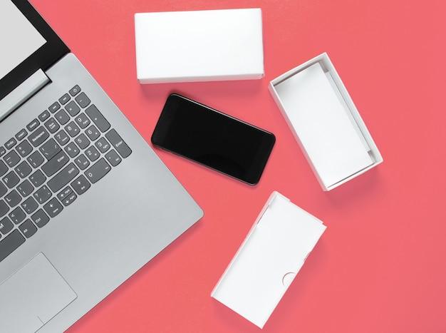 O conceito de unboxing, techno blogging. box com um novo smartphone