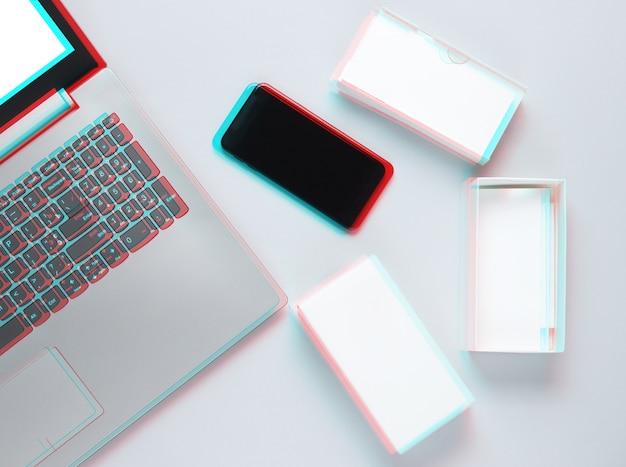 O conceito de unboxing, techno blogging. caixa com novo smartphone, laptop em cinza