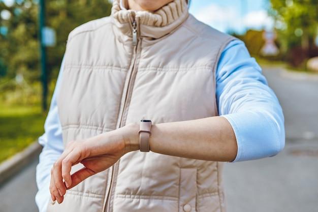 O conceito de usar pulseiras inteligentes de fitness na mão da menina