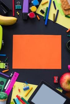 O conceito de volta à escola olha artigos de papelaria dos bolinhos da linha de giz no fundo preto.