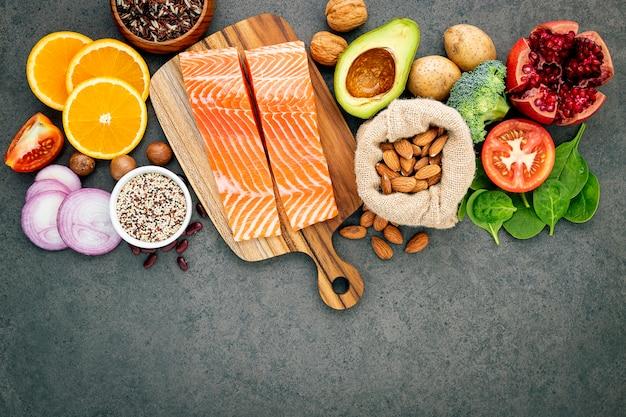 O conceito do alimento saudável estabelece-se no espaço concreto escuro da cópia do fundo.