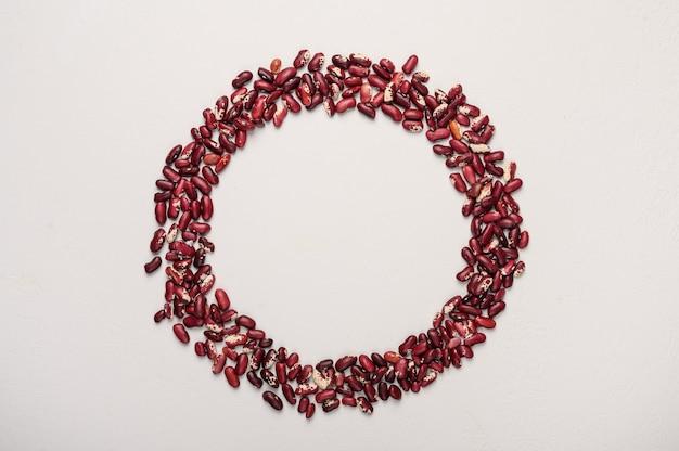 O conceito do círculo de feijão vermelho no centro do lugar para texto de dieta saudável