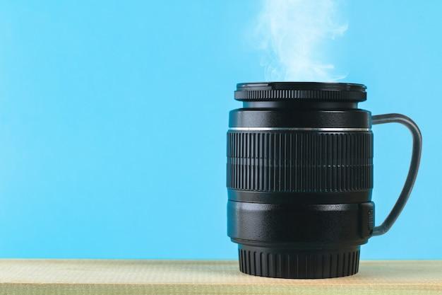 O conceito do dia do fotógrafo e o dia da fotografia em um fundo pastel azul.