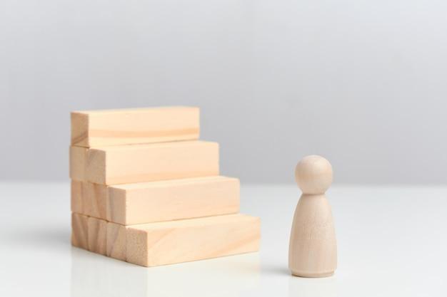 O conceito do início de uma carreira. blocos de madeira em um espaço em branco.