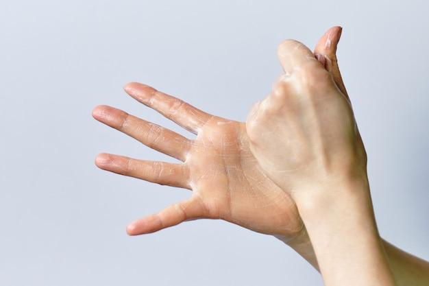 O conceito do processo de lavar as mãos usando sabão em um espaço em branco.