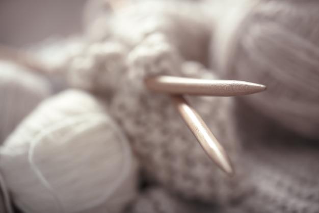 O conceito macro de tricô de lã e agulhas