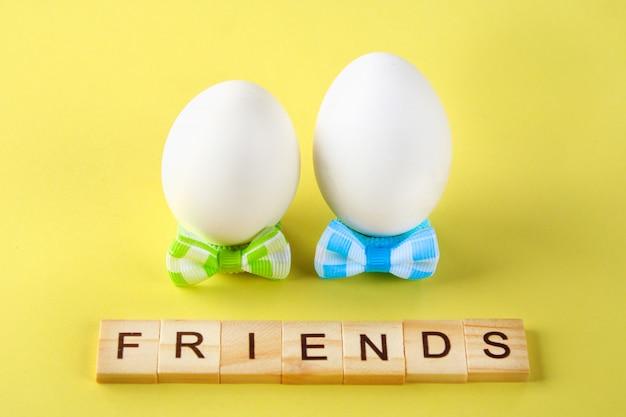 O conceito para o dia internacional da amizade. texto e ovos em arcos