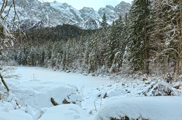 O congelamento frillensee é um dos pequenos lados do lago eibsee diretamente sob o zugspitze. baviera, alemanha.