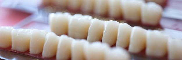 O conjunto de dentaduras está na mesa no conceito de consultório odontológico