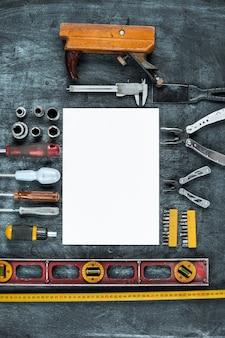O conjunto de ferramentas de construção na mesa de madeira