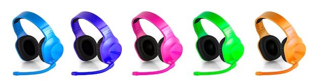 O conjunto de fone de ouvido colorido com microfone isolado sobre o branco