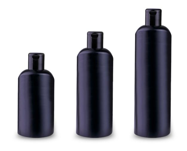 O conjunto de frascos pretos de shampoo em branco