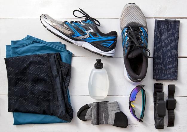 O conjunto de roupas e acessórios para correr na mesa de madeira