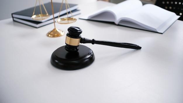 O conselheiro jurídico apresenta ao cliente um contrato assinado com gavel e lei legal