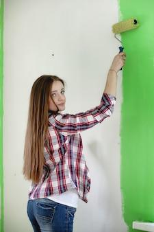 O construtor faz reparos no apartamento. trabalhos de acabamento em reboco e pintura de paredes. os mestres trabalham com broca de pintura e eletricidade.