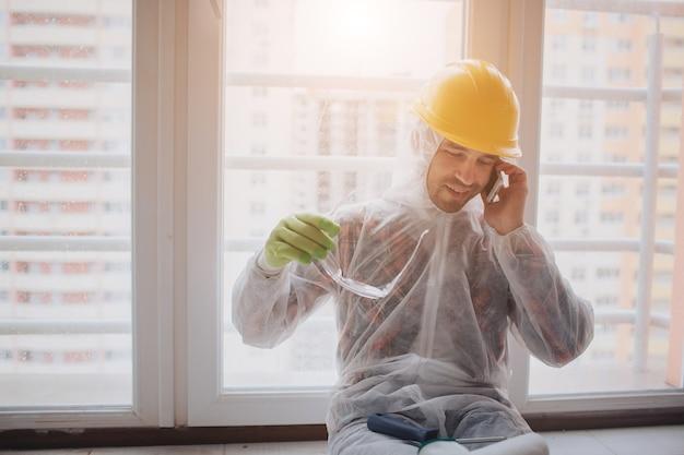 O construtor trabalha no canteiro de obras