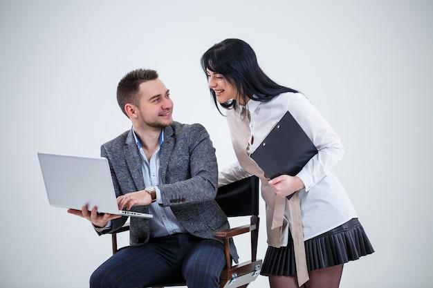 O consultor professor mentor chefe fala sobre um novo projeto online para uma jovem estagiária, líder focada, gerente executiva, aluna docente, professora. novo projeto de negócios