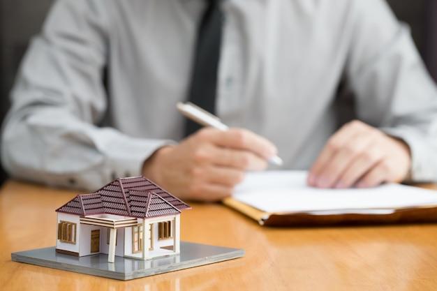 O consumidor preenche o formulário de solicitação de empréstimo à habitação para aprovação pendente do banco