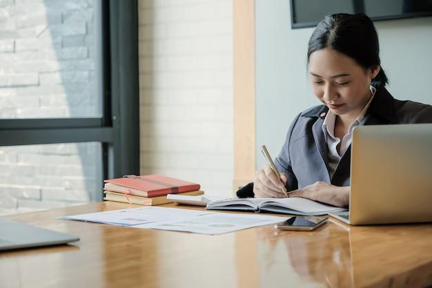 O contador ou o inspetor financeiro entregam o relatório, calculando. finanças domésticas, investimento, economia, economizando dinheiro ou conceito de seguro