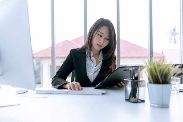 O contador que verifica documentos sobre relatório financeiro gráfico e gráfico e imposto