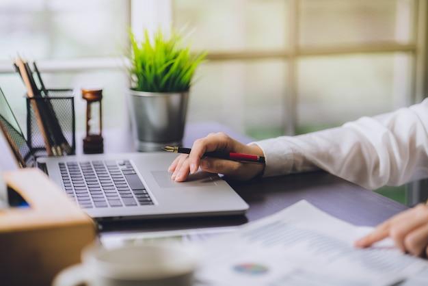 O contador que verifica documentos sobre um relatório financeiro e um imposto