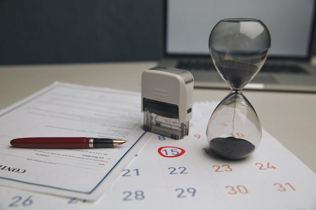 O contador verifica e verifica a data de vencimento para despesas de pagamento e fornecedor de negócios financeiros / escrituração / data de vencimento / dinheiro / conceito de contabilidade.