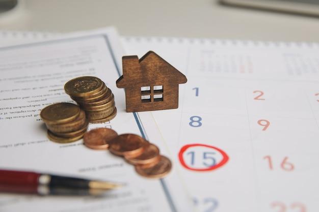 O contador verifica e verifica a data de vencimento para despesas de pagamento e fornecedor de negócios financeiros
