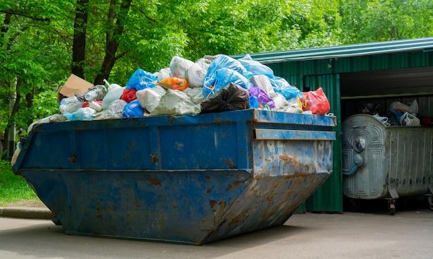 O contêiner para coleta de lixo. sacos de plástico para o lixo no recipiente.