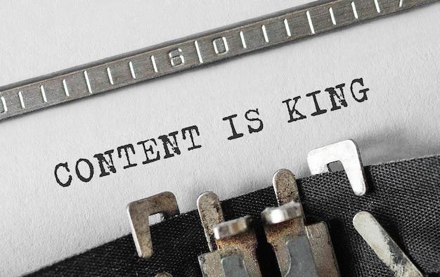 O conteúdo do texto é king digitado em máquina de escrever retrô