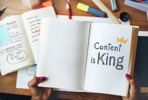 O conteúdo é rei escrito em um livro