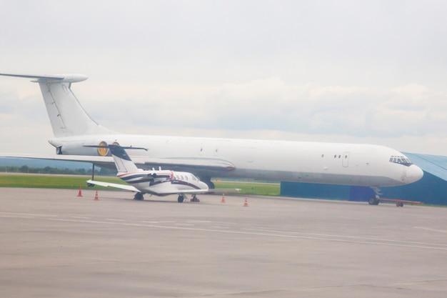 O contraste de aeronaves pequenas e grandes no aeroporto Foto Premium