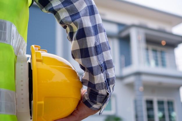 O contratante masculino está olhando para a área do projeto da casa que foi designada para fazer. verifique a preparação da casa antes de enviá-la ao proprietário.