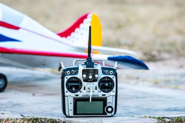 O controle remoto de rádio para o avião