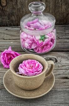 O copo com decocção erval perfumada fresca do chá aumentou.