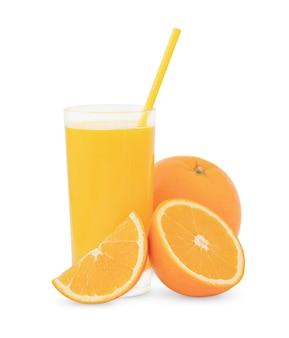 O copo de suco de laranja e laranjas isoladas