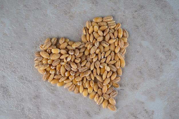 O coração é feito de cereais, um conceito de comida saudável.