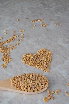 O coração é feito de cevadinha, um conceito de comida saudável.