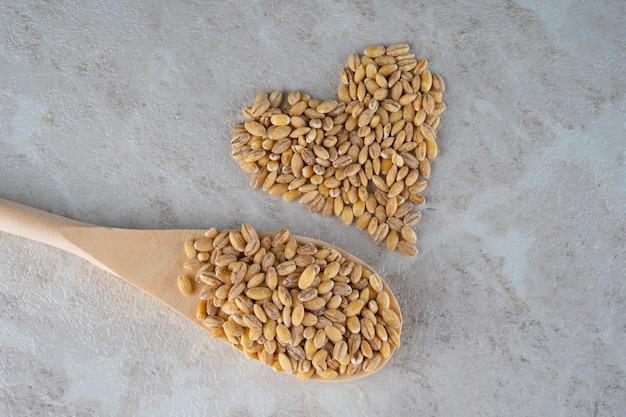 O coração é feito de grãos soletrados, um conceito de comida saudável.