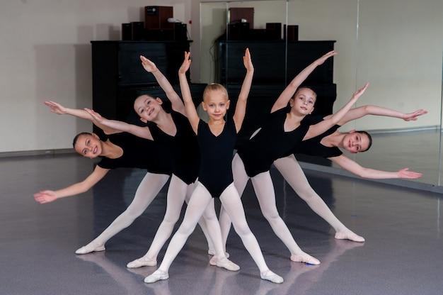 O coreógrafo ensina as crianças a dançar.
