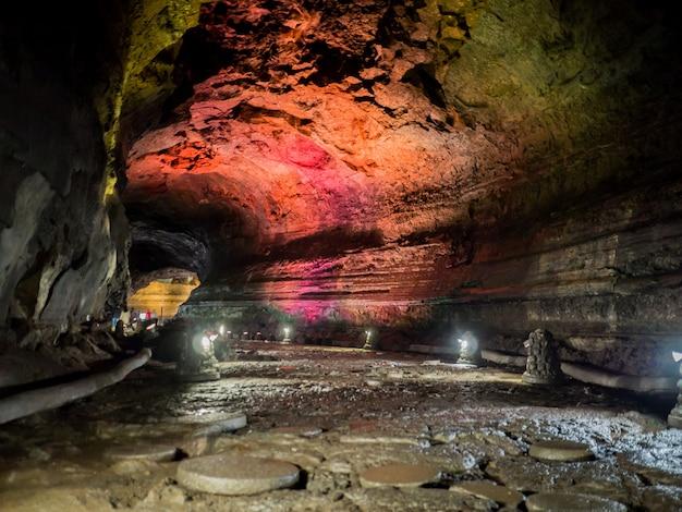 O corredor dentro da caverna manjanggul com luzes para assistir o fluxo de fluxos de lava. na ilha de jeju, na coreia do sul.