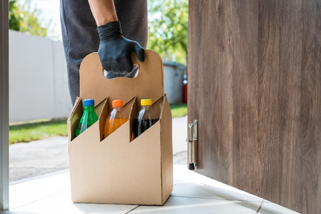 O correio entrega água do restaurante para a casa