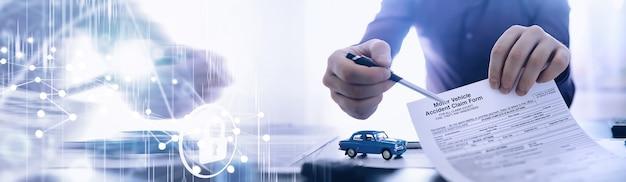 O corretor de seguros assina um documento apólice de seguro de automóveis apólice de seguro de automóveis
