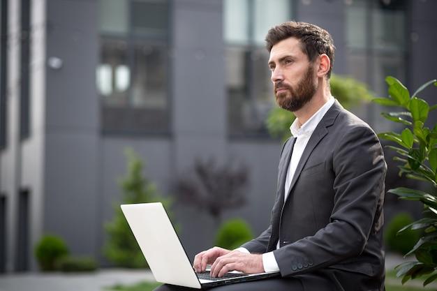 O corretor de vendas on-line bem-sucedido trabalha com laptop, o empresário implementa o plano de vendas trabalhando remotamente