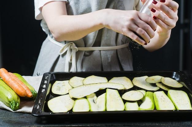 O cozinheiro chefe pimentas cortou a beringela.
