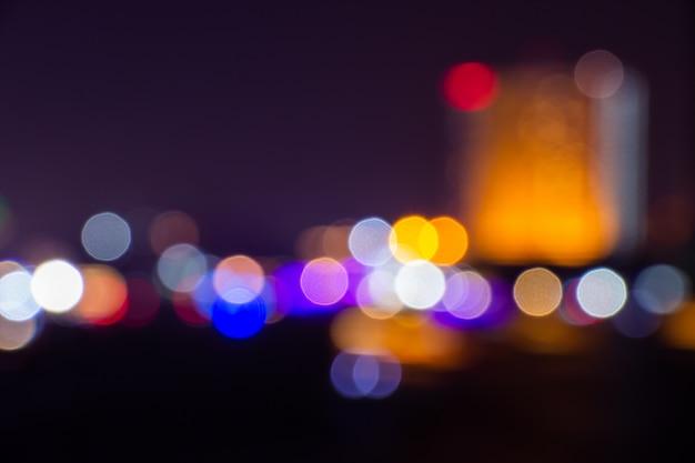 O crepúsculo da noite borrou o bokeh claro no fundo do centro de banguecoque do sumário.