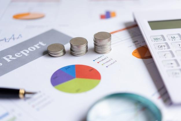 O crescimento econômico na pilha de moedas no papel analisa o financiamento do gráfico financeiro de desempenho com calcula para negócios de investimento. conceito de investimento e poupança