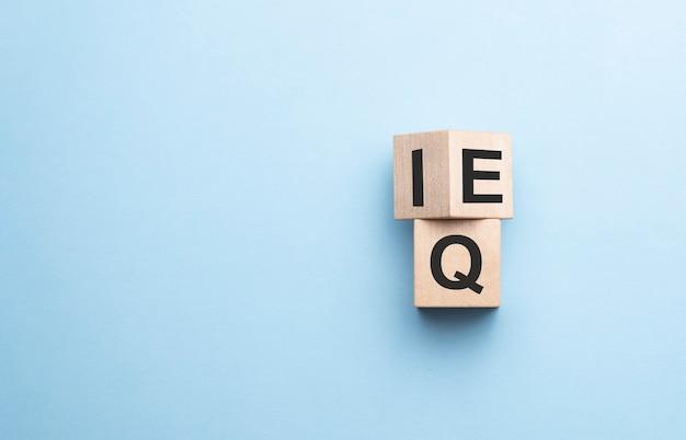 O cubo de madeira da expressão quociente de inteligência qi para quociente de inteligência emocional eq